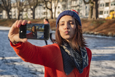 Ice skating woman taking a selfie - MFF03517
