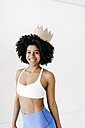Fit young woman wearing paper crown - KNSF01384
