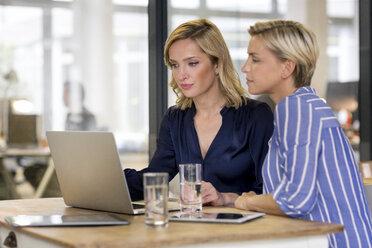 Two businesswomen sharing laptop - PESF00619
