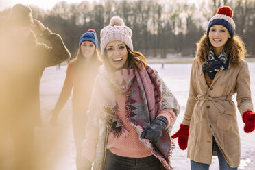 Portrait of happy friends outdoors in winter - MFF03534