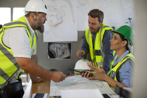Workers discussing at site office - ZEF13745