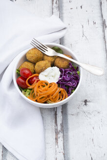 Lunch bowl of leaf salad, red cabbage, tomatoes, carrots, Falafel and yoghurt sauce - LVF06144