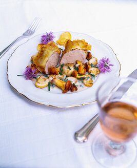 Pork fillet with potato crust and chives blossoms - PPXF00066