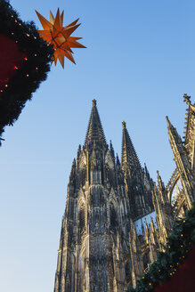 Germany, Cologne, view to Cologne Cathedral at Christmas time - GWF05218