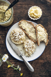 Slices of rye bread, Harzer Roller cheese with onions and caraway on plate - IPF00381