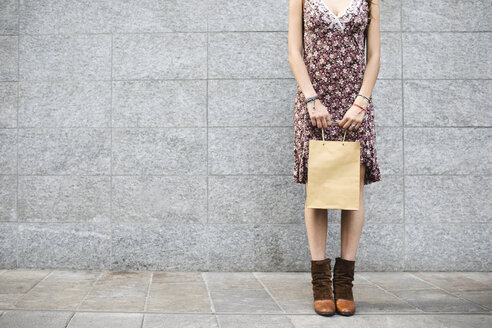 Young woman holding shopping bag - MRAF00199
