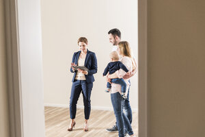 Real estate agent and family in new apartment - UUF10792