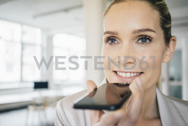 Portrait of smiling businesswoman using cell phone - JOSF01071 - Joseffson/Westend61