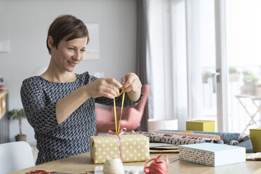 Woman wrapping gifts - RBF05742