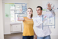 Couple organizing virtual house model - UUF10834