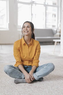 Young woman sitting on floor, smiling - JOSF01104