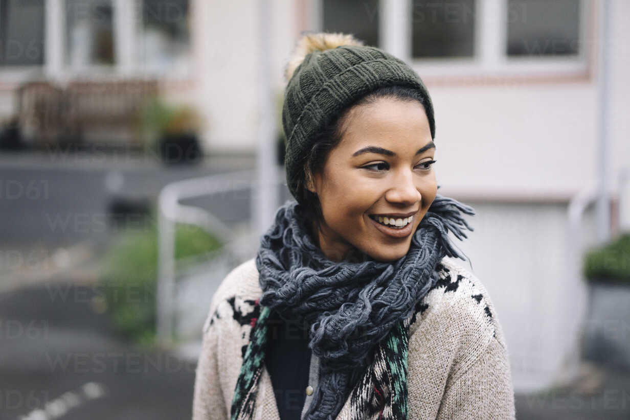 Smiling young woman wearing wooly hat outdoors - KNSF01541 - Kniel Synnatzschke/Westend61