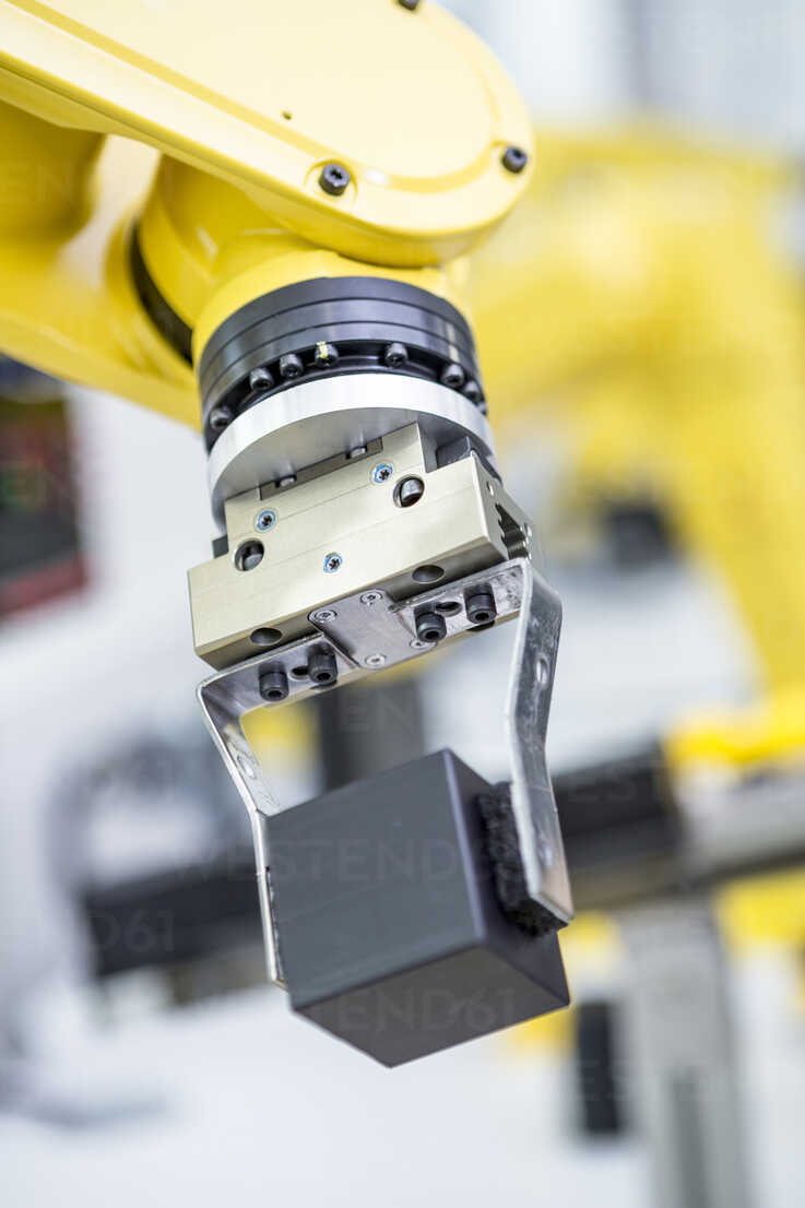 Detail of industrial robot carrying cube - WESTF23427 - Fotoagentur WESTEND61/Westend61