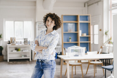 Businesswoman in office looking confident - KNSF01587