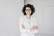 Businesswoman wearing glasses, looking confident - KNSF01605