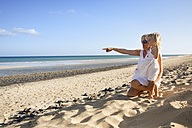 Spain, Fuerteventura, mother with daughter on the beach - MFRF00862