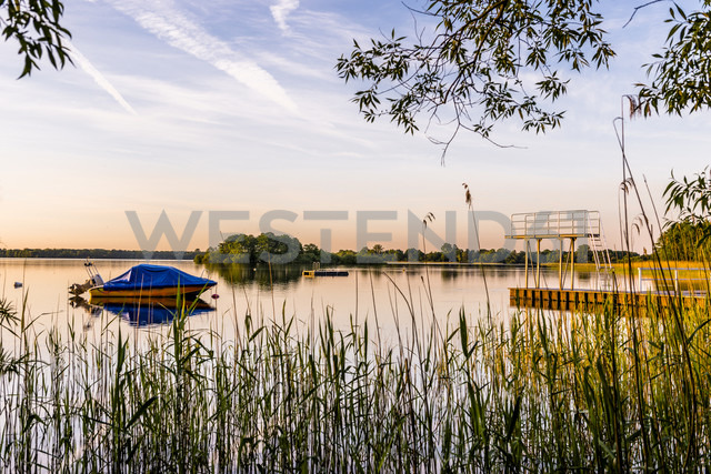 Germany, Schaalsee with moored motorboat and highboard at evening twilight - EGBF00239 - Ega Birk/Westend61