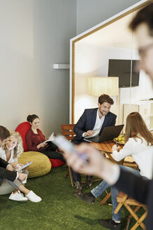 Creative informal meeting in office - PESF00628