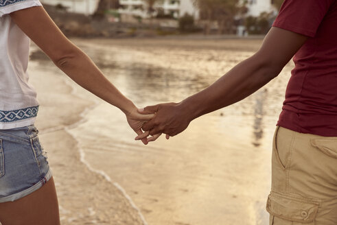 Couple in love holding hands on the beach on the beach, close-up - PACF00012