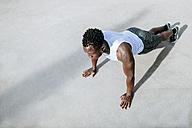 Man doing push-ups - KIJF01577