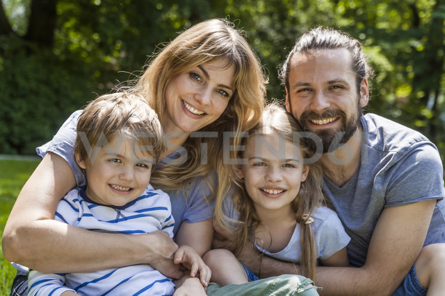Portrait of happy family outdoors - TCF05442 - Tom Chance/Westend61