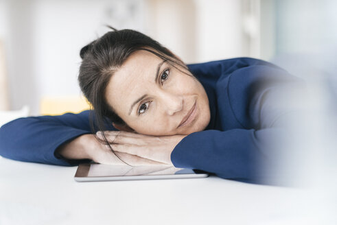 Portrait of businesswoman leaning on desk - JOSF01209