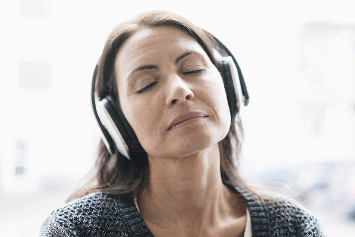 Portrait of woman with eyes closed listening music with headphones - JOSF01227 - Joseffson/Westend61