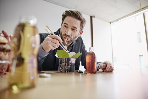Businessman having lunch break with asian food - RHF01938