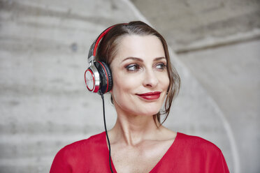 Smiling woman listening to music with headphones - RHF01989