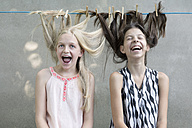 Girls hair drying on clothesline - PSTF00050