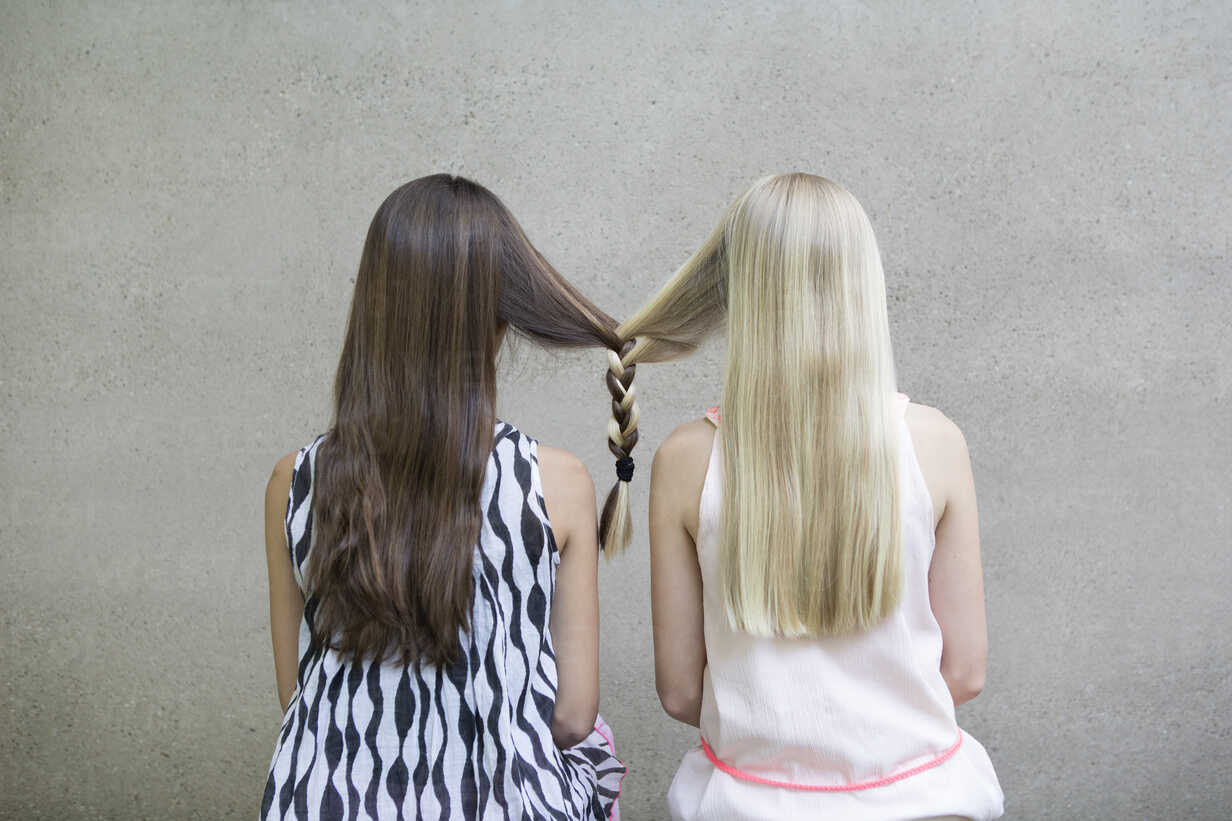 Back view of two long-haired girls with one braid - PSTF00053 - Petra Stockhausen/Westend61