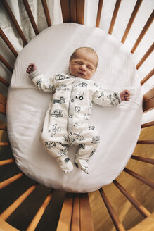 One-day-old baby boy lying in his crib at home - MFF03657