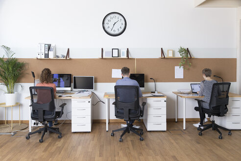Colleagues working in modern office - FKF02367