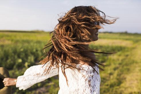 Happy woman in a field - MAUF01083