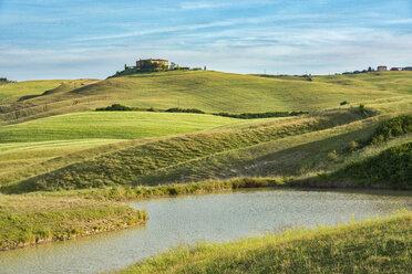 Italy, Tuscany, Val d'Orcia, farmhouse on a hill - LOMF00583