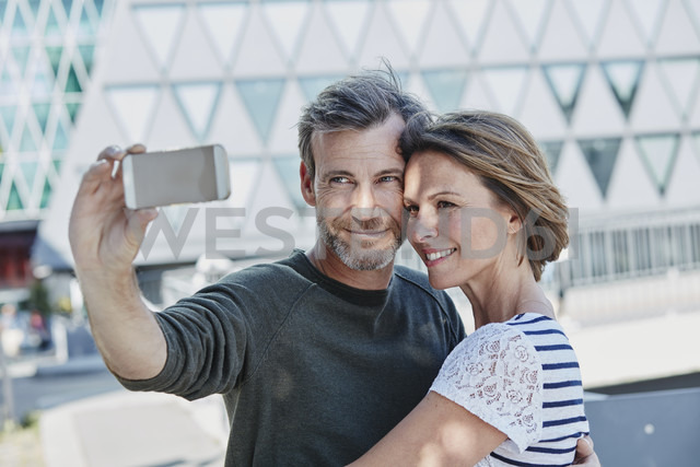Happy mature couple taking a selfie outdoors - RORF00971 - Roger Richter/Westend61