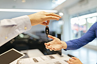 Salesperson handing over car keys to customer - ZEDF00708