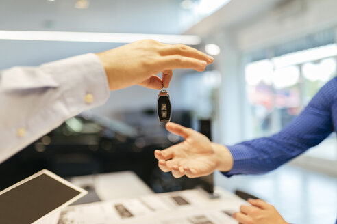 Salesperson handing over car keys to customer - ZEDF00708