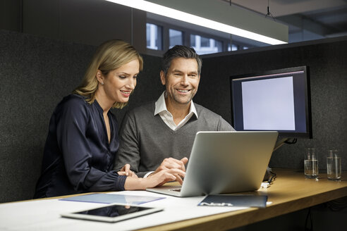 Businesswoman and businessman with laptop in meeting box - PESF00732