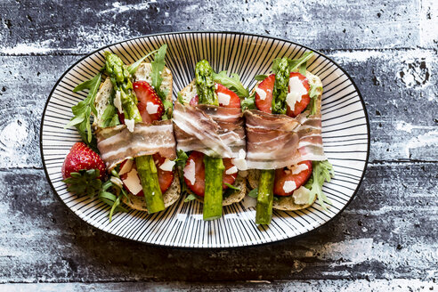 Baguette with strawberries, rocket, asparagus, pecorino flakes and bacon - SARF03340