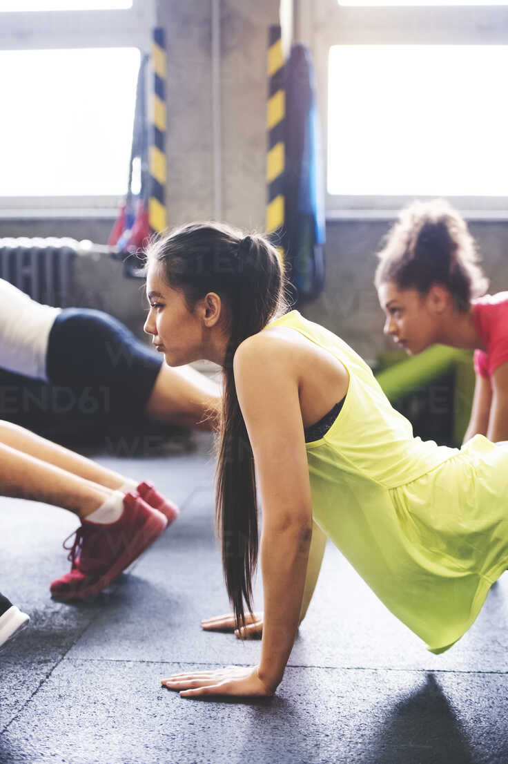 Group of young people exercising in gym - HAPF01800 - HalfPoint/Westend61