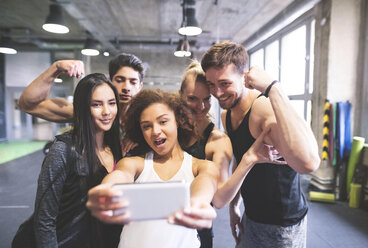 Group of young people posing for a selfie in gym - HAPF01854