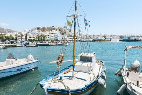 Greece, Cyclades, Naxos, boats moored in the port with the city in the background - GEMF01697