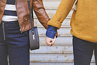 Young couple holding hands, close-up - RTBF00932