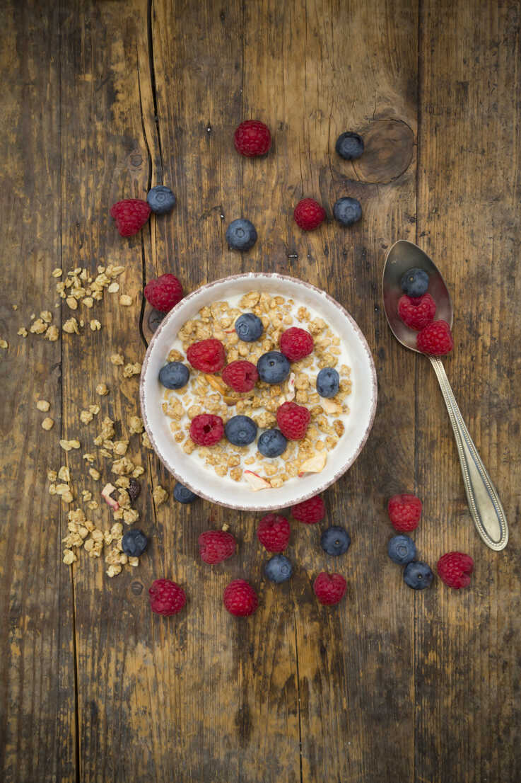 Bowl of granola with raspberries and blueberries - LVF06202 - Larissa Veronesi/Westend61