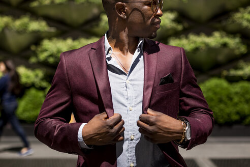 Stylish businessman with hands on his lapels - MAUF01119
