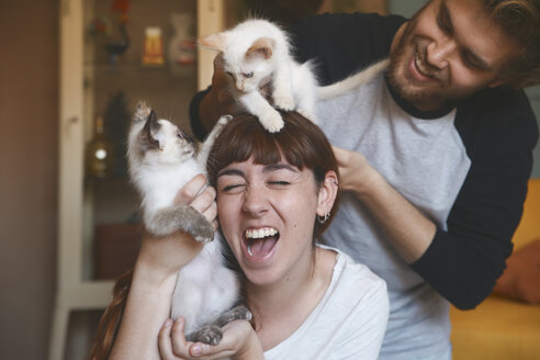 Young couple with kittens at home - RTBF00978
