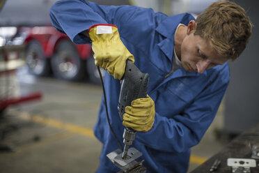 Industrial worker drilling - ZEF14062