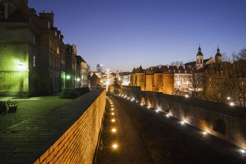 Poland, Warsaw, Old Town by night, historic city centre - ABOF00203