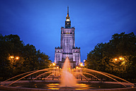 Poland, Warsaw, Palace of Culture and Science at night and fountain in Swietokrzyski Park - ABOF00239
